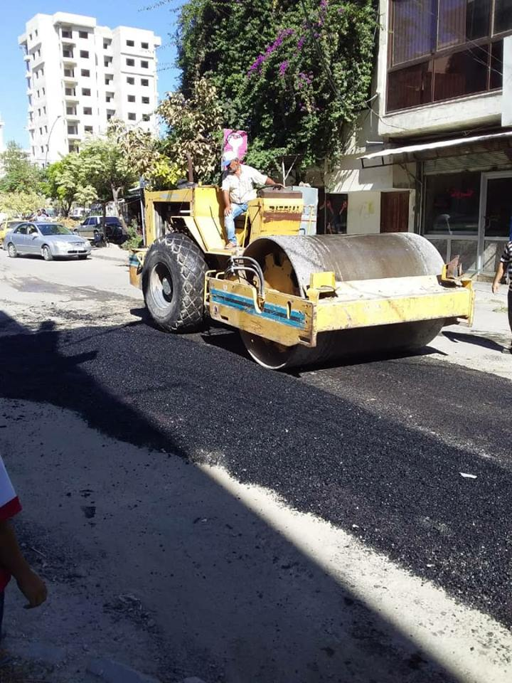استمرار أعمال التزفيت في شوارع و أحياء المدينة