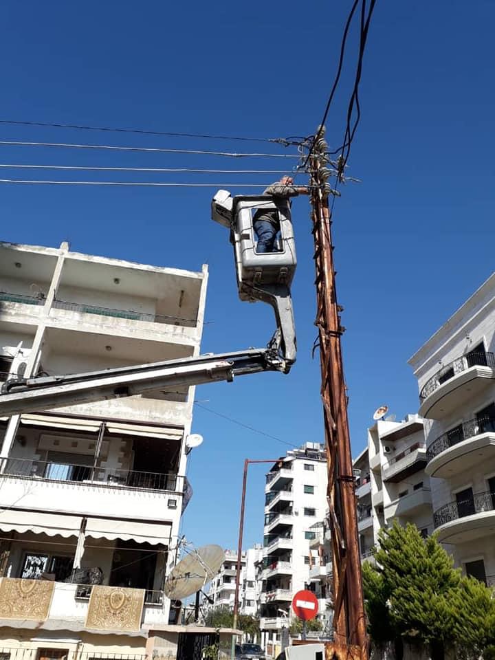 صيانة أعطال أجهزة الإنارة في عدد من الأحياء