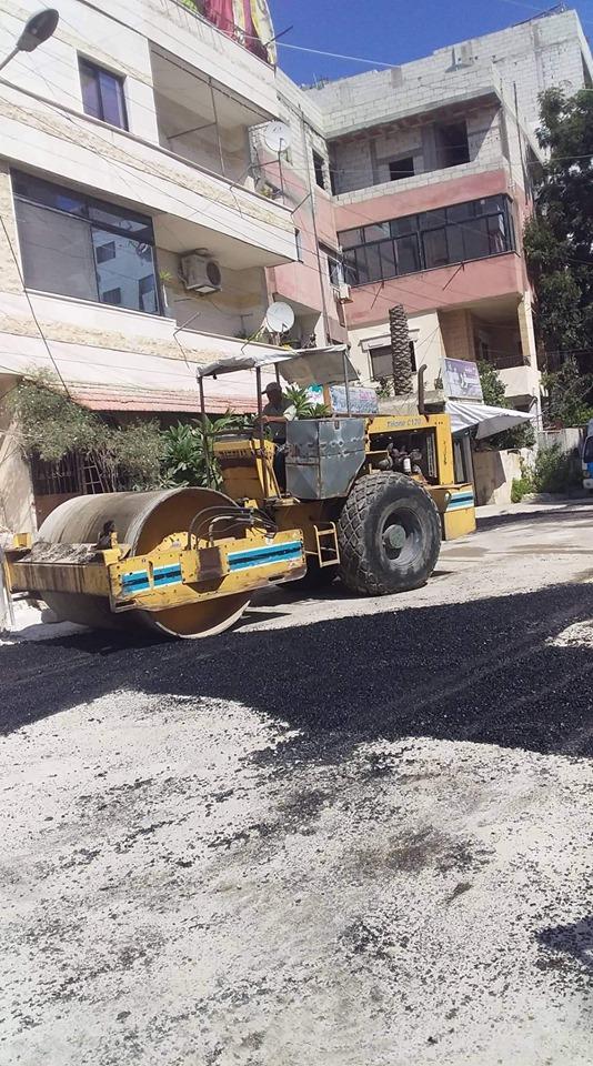 أعمال ترميم الحفر بالمجبول الزفتي في حي بساتين الريحان