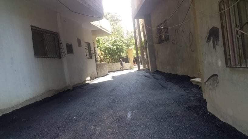 تزفيت الطريق الواصل إلى منزل الجريح محمد سليمان في حارة الدن