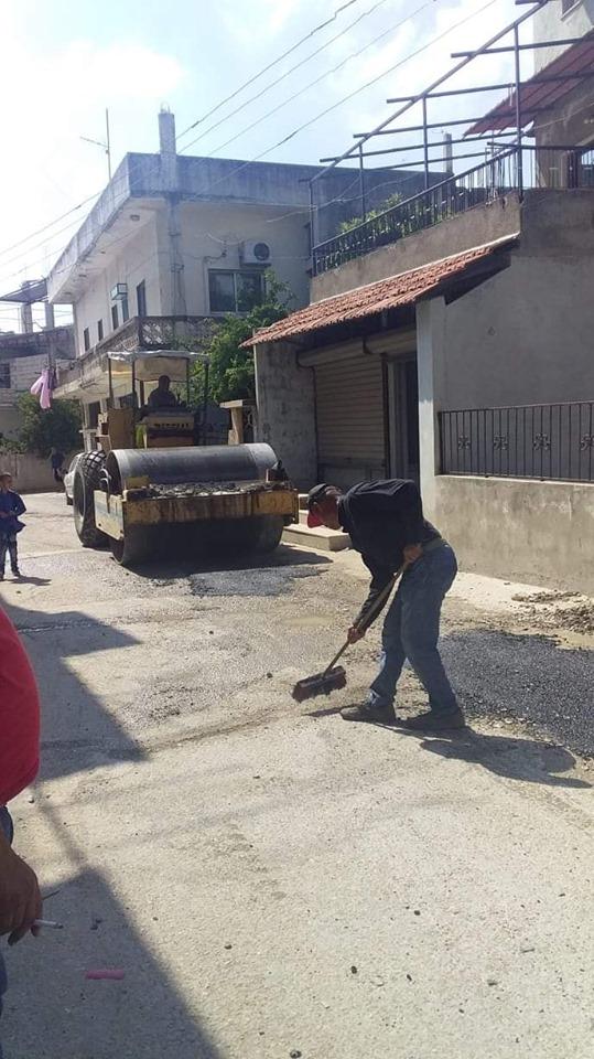 أعمال صيانة و ترميم للحفر بمادة المجبول الزفتي في حي سقوبين