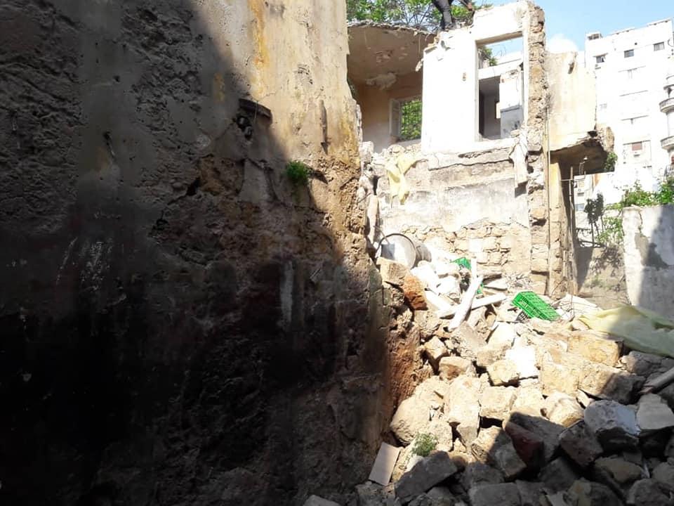 هدم بناء قديم آيل للسقوط في حي الصليبة
