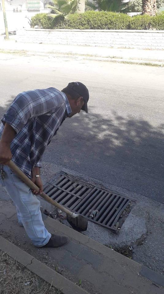 أعمال تعزيل للفوهات المطرية في شارع الحسيني