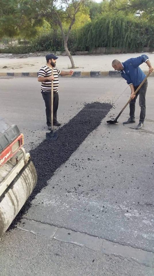 أعمال ترميم الحفر والقواطع المخربة على طريق الجامعة